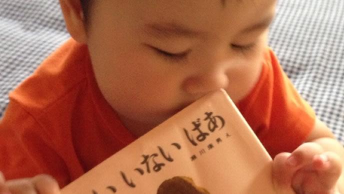ママに絵本を読んで貰いたくて持ってきた赤ちゃん