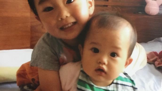 弟と兄が一緒に写る記念写真