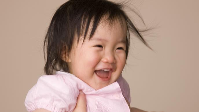 便秘が解消して笑顔になる赤ちゃん