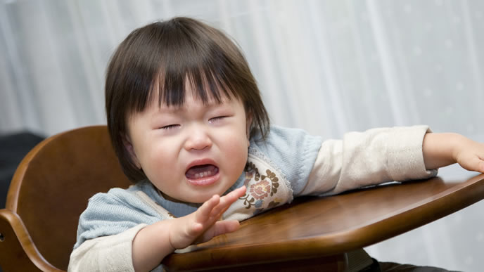 初めての離乳食に不安で泣き出した赤ちゃん