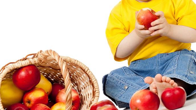 食物繊維たっぷりのリンゴを頬張る男の子