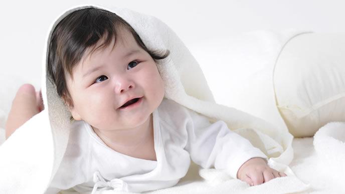 柔らかいタオルに包まれた赤ちゃんのハイハイ
