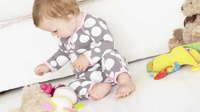 おもちゃを見つめる可愛い赤ちゃん