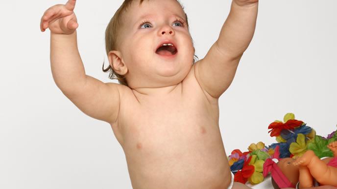 両手を挙げママの後を追いかける赤ちゃん