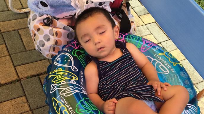 初めてのプールでぐったりしている生後10ヶ月の赤ちゃん