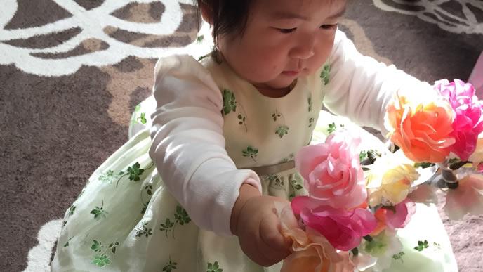 1歳の誕生日記念でドレス着ている赤ちゃん