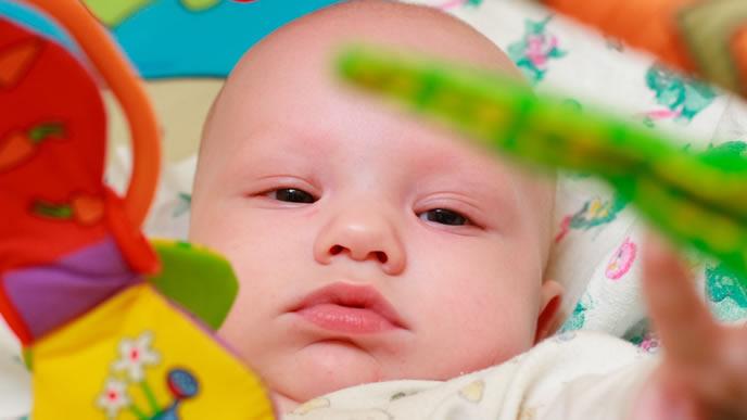 目の前のメリーに夢中な赤ちゃん