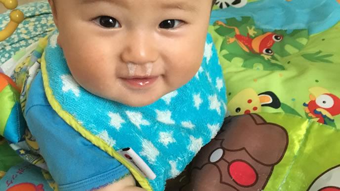 透明な鼻水が垂れている赤ちゃん
