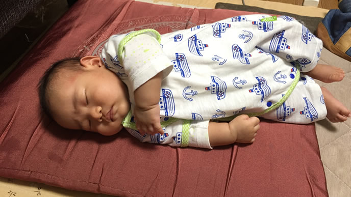 少しだけ横になって寝る赤ちゃん