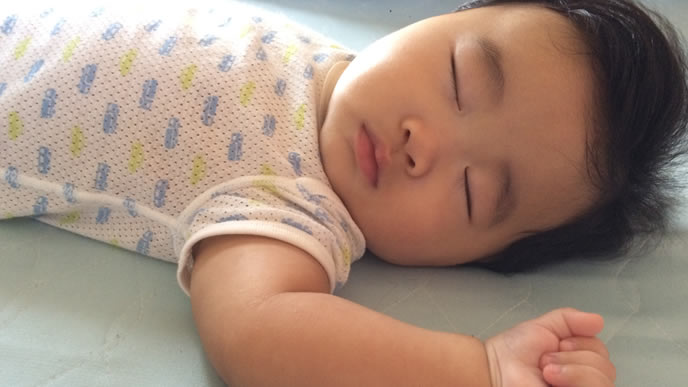 快適な室内環境で眠る赤ちゃん