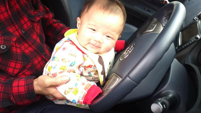 パパの車に乗せられ6ヶ月健診へ向かう赤ちゃん