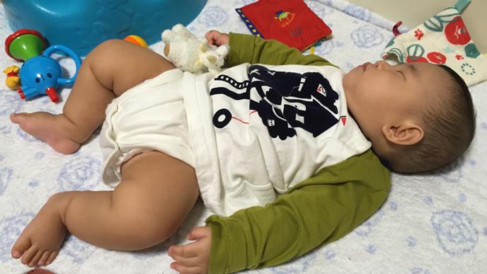 カエルのような恰好で寝る赤ちゃん