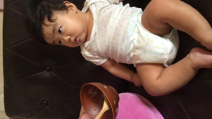 離乳食を与えるママを見つめる赤ちゃん