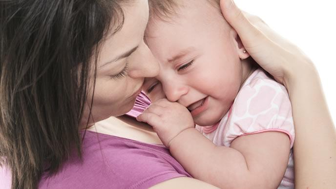 鼻がすっきりせずママに泣きつく女の子