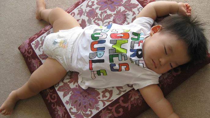 断乳後も夜泣きせずに寝付く赤ちゃん