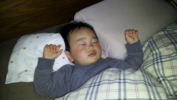 枕の間に挟まり寝る断乳後の男の子