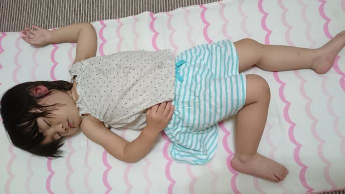 涼しいシーツの上で昼寝する卒乳中の女の子