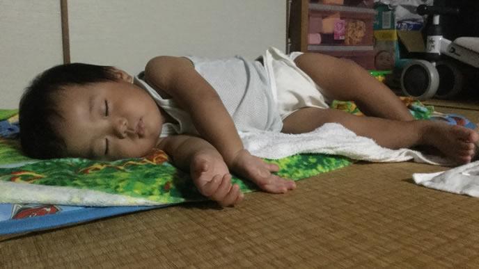 横向きで昼寝をする男の子