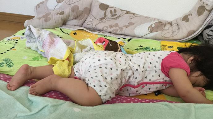 普段と違いうつぶせ寝をする風邪気味の赤ちゃん
