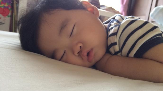 生活リズムが整いグッスリ眠りにつく赤ちゃん