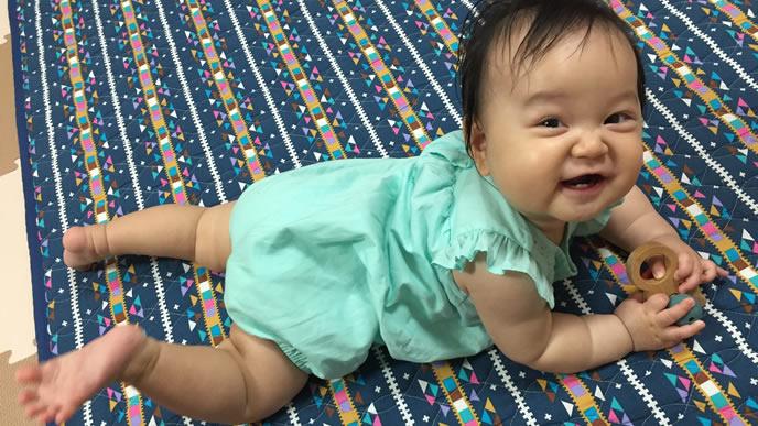 笑顔でママパパを見つめる赤ちゃん