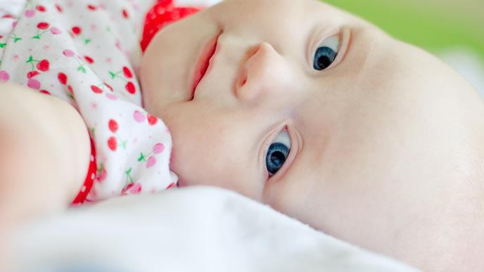 人見知りせず表情も乏しい赤ちゃん