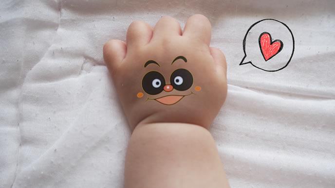 むちむちの手が可愛い生後7ヶ月の赤ちゃん