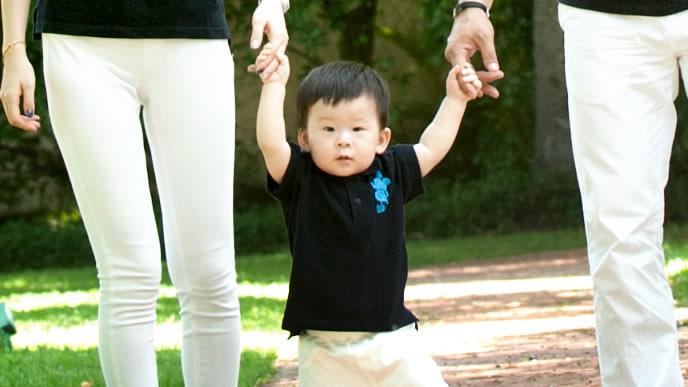 家族旅行を楽しむ平均体重の男の子