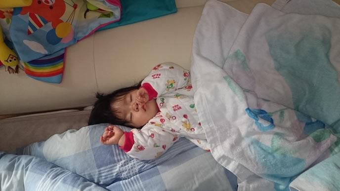 泣き疲れて熟睡中の赤ちゃん