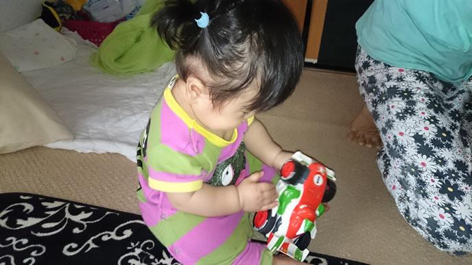車のおもちゃが大好きな女の子