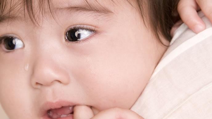 指しゃぶりを止められ泣いて抗議する赤ちゃん