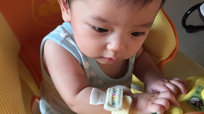 消毒された清潔なおもちゃで遊ぶ赤ちゃん