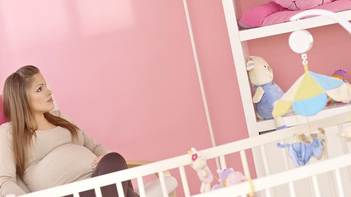 出産に向けた計画を考える妊婦