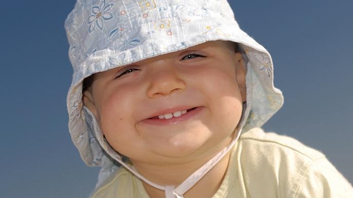 笑いながら外出するご機嫌の赤ちゃん
