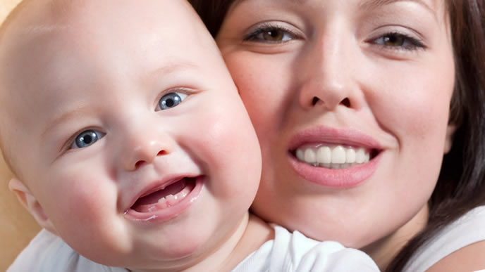 乳歯が生え始めた笑顔の赤ちゃん