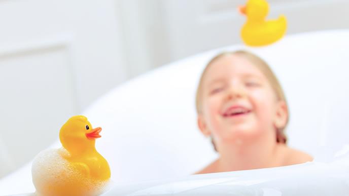 大好きなアヒルのおもちゃをお風呂に浮かべる女の子