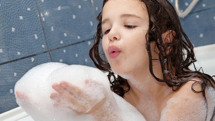 泡風呂で遊ぶ女の子