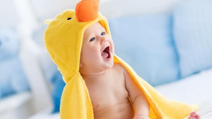 アヒルのタオルで風呂上りの水気を拭う赤ちゃん