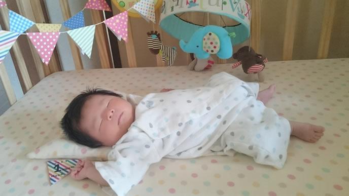 お風呂上りに眠気に襲われた赤ちゃん
