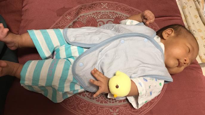 うつろな表情で昼寝する赤ちゃん