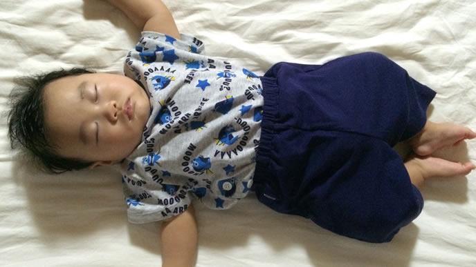 寝言を言いつつ眠る赤ちゃん