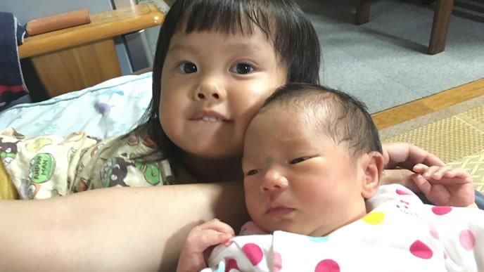 姉の横で寝言を言う赤ちゃん