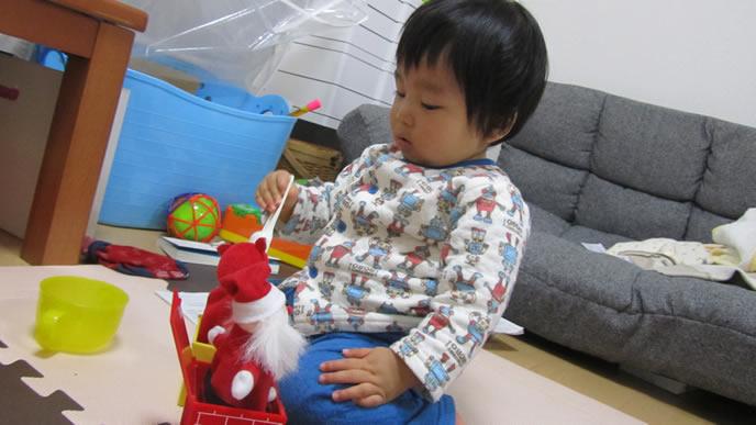 おうちの中で一人遊びをする赤ちゃん