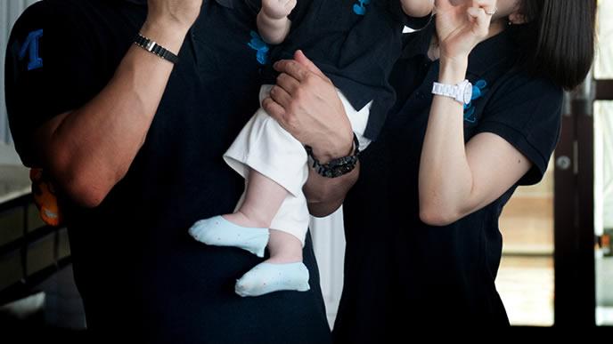 赤ちゃんを抱っこして旅行するママパパ