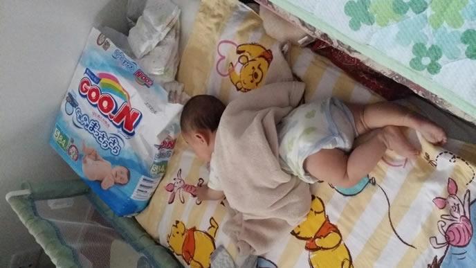 おむつと一緒に眠る赤ちゃん