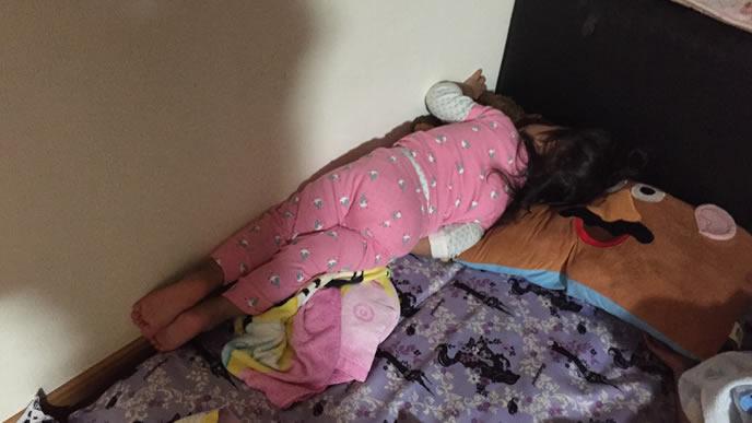 泣きながら寝て壁際まで移動した赤ちゃん