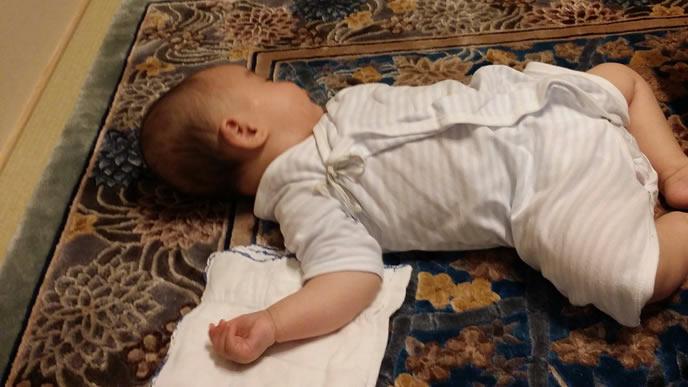 涙を流しながら熟睡する赤ちゃん