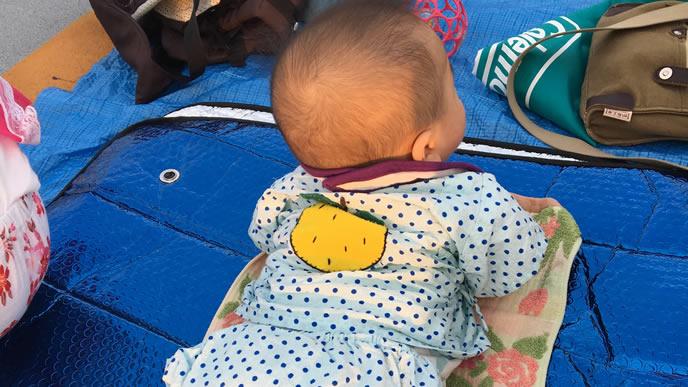 手作り甚平を来て遠くを見つめる赤ちゃん