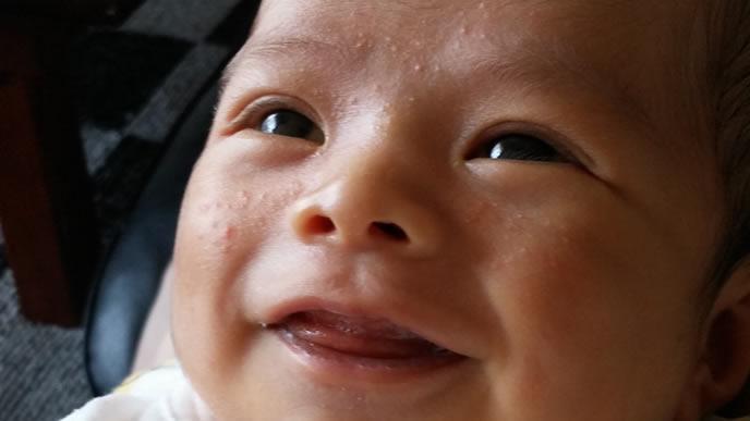 新生児微笑を見せてくれる赤ちゃん