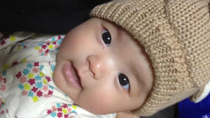 ママの呼びかけに振り向き笑顔で応える赤ちゃん